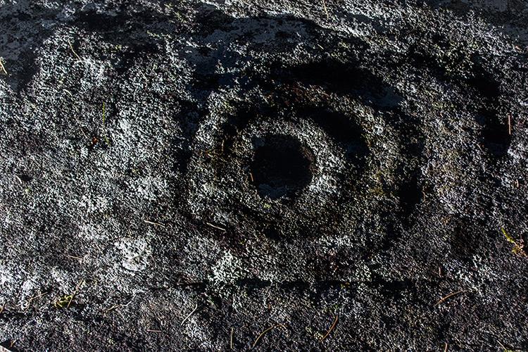 petroglifo tras igrexa marta serrapio