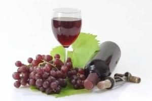 vino copa y uvas